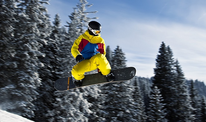 Snowboarder_in_flight_(Tannheim,_Austria)