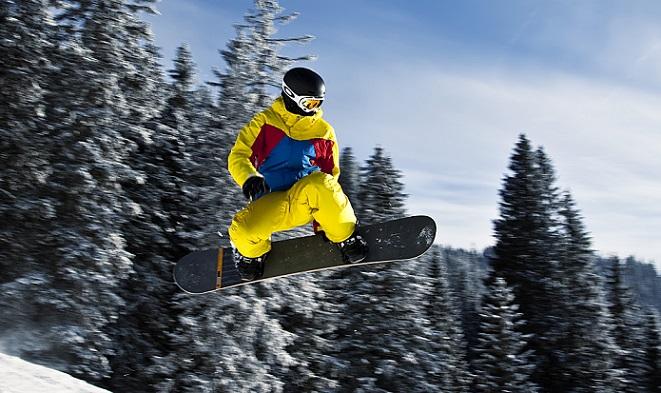 Snowboarder_in_flight_(Tannheim,_Austria)